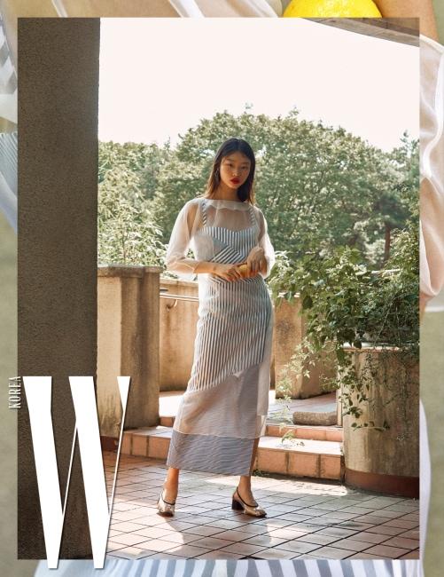 줄무늬 크롭트 톱, 비대칭 줄무늬 스커트, 하얀색 시스루 드레스, PVC 소재 슈즈는 모두 Recto 제품.