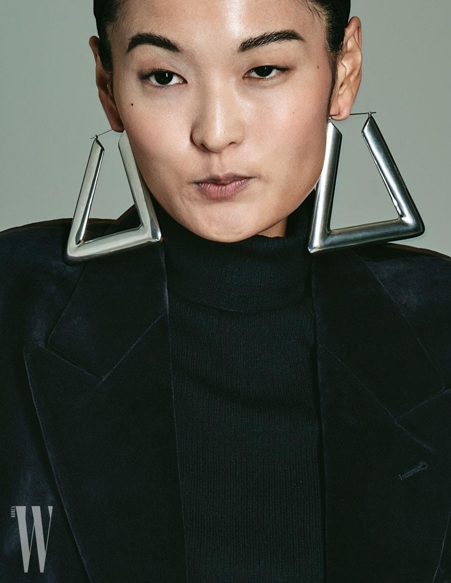 조형적인 형태의 삼각 귀고리는 마이클 코어스 제품. 가격 미정. 벨벳 소재의 더블 재킷은 드리스 반 노튼 제품. 가격 미정. 검정 터틀넥 톱은 에디터 소장품.