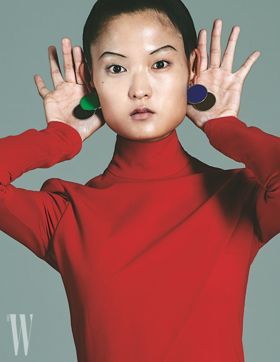 색 조합이 멋진 원형 귀고리는 로우클래식 제품. 9만8천원. 몸에 딱 맞는 붉은색 드레스는 지방시 제품. 가격 미정.