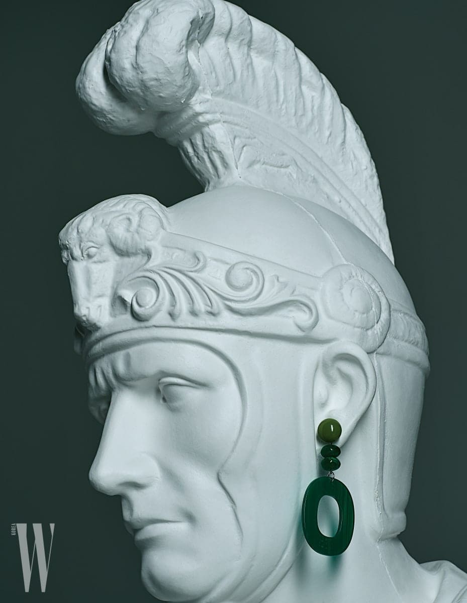 석고상에 걸려 있는 플라스틱 소재의 초록색 귀고리는 프루타 by 페얼스 제품. 4만9천원.