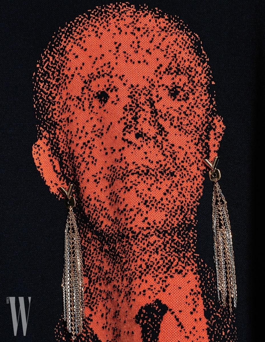 금빛 태슬이 장식된 귀고리는 루이 비통 제품. 75만원. 주황색 얼굴이 프린트된 니트 톱은 디올 옴므 제품. 가격 미정.