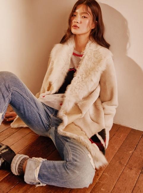 에스닉한 장식의 양털 코트는 Nove by BLUEFIT, 아기자기한 프린트의 니트 풀오버는 Chinti & Parker by BLUEFIT, 롤업 디스트로이드 진은 Mother by BLUEFIT 제품.