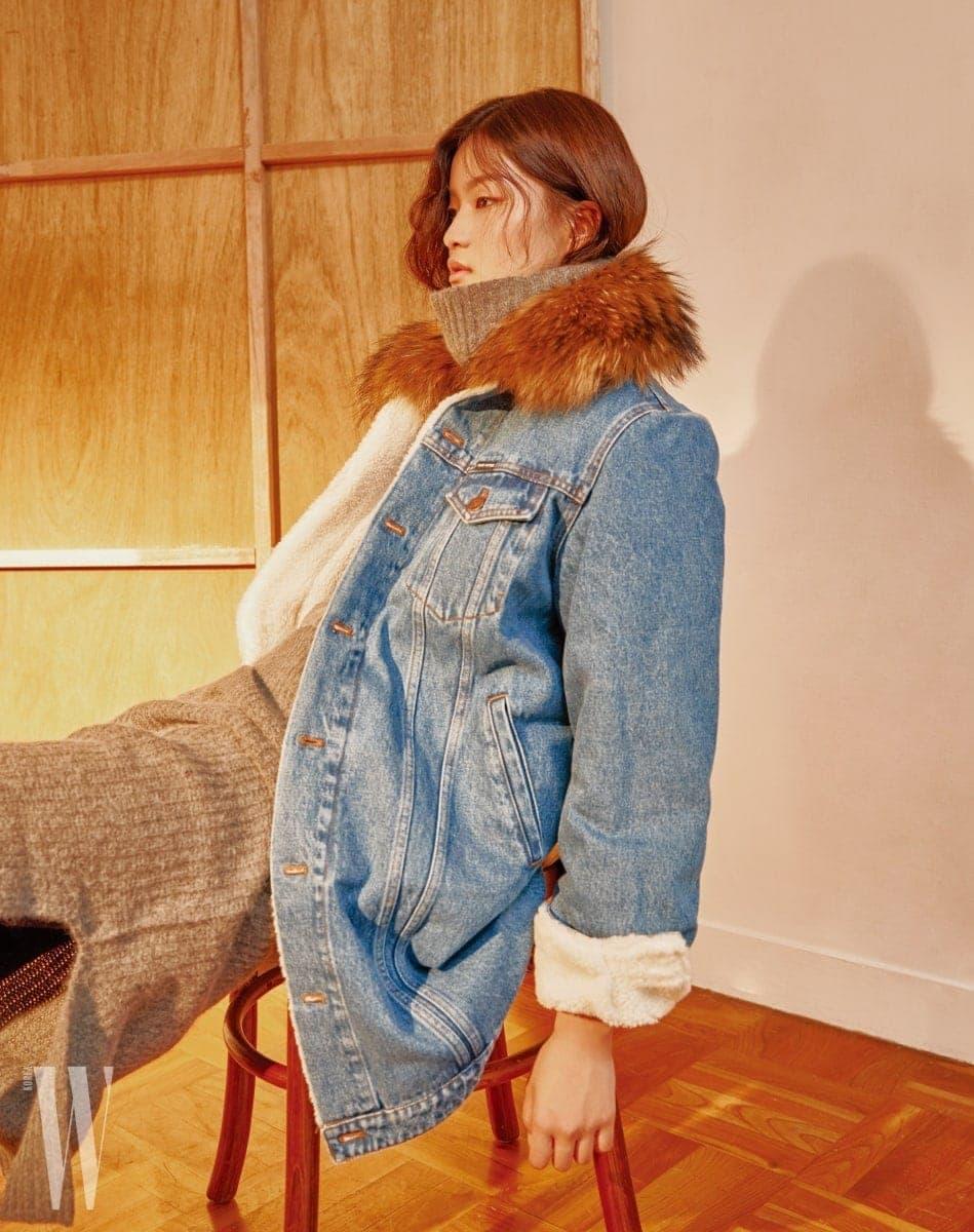 풍성한 퍼 장식이 돋보이는 빈티지한 워싱의 데님 코트는 Forte Coutour by BLUEFIT, 그레이 컬러의 터틀넥 드레스는 Bella Jones by BLUEFIT 제품/