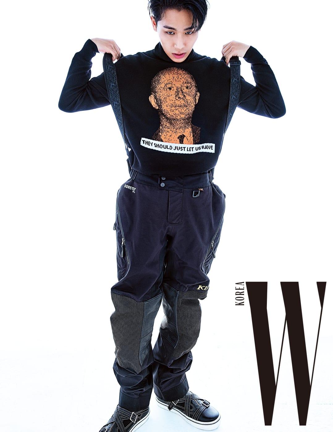 무슈 디올 포트레이트의 스웨터와 슈즈는 디올 옴므, 바이커 팬츠와 서스펜더는 클림 by 세나트레이드 제품.