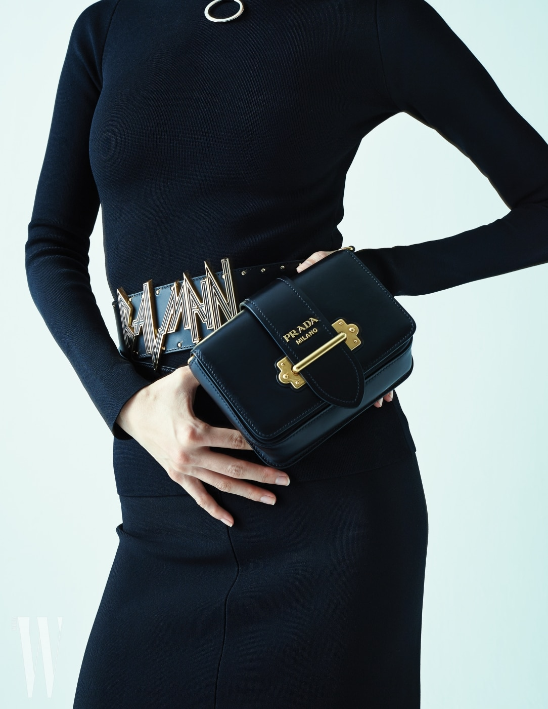 로고 벨트는 발맹 제품. 1백만원대. 금속 로고 장식 힙 색은 프라다 제품. 2백만원대. 검은색 니트 톱과 바지는 스텔라 매카트니 제품. 가격 미정