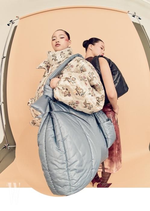 왼쪽 | 벌룬 실루엣의 패딩 재킷은 에드워드 크러칠리 by 분더샵 제품. 2백80만원대. 퍼프 숄더백은 로우클래식 제품. 18만8천원. 오른쪽 | 톱은 80만원대, 스커트는 1백만원대. 모두 프라다 제품. 더블 스트랩 슈즈는 세르지오 로시 제품. 1백48만원. 어깨에 멘 검은색 퍼프 백은 로우클래식 제품. 15만8천원. 타이츠는 에디터 소장품.