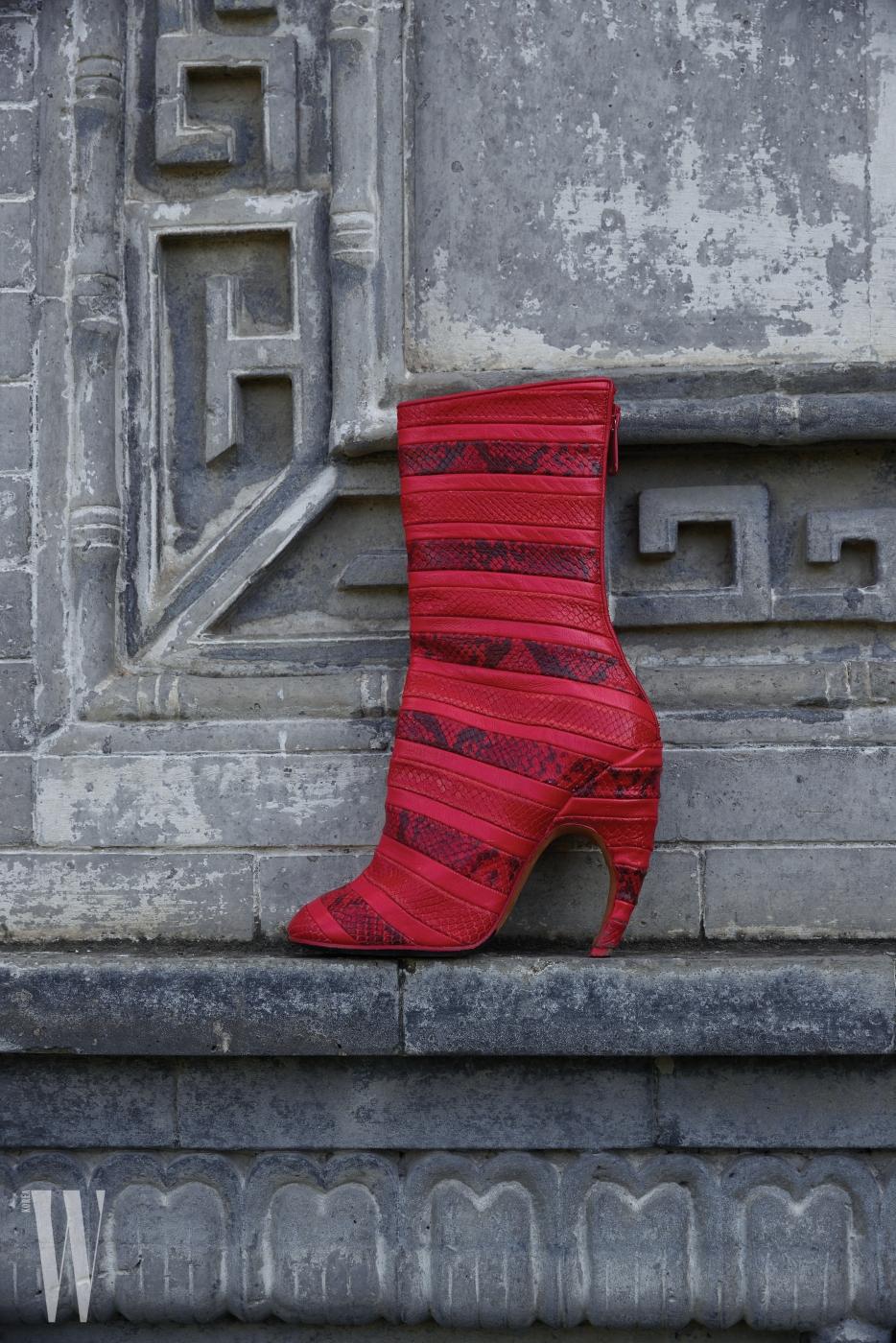 강렬한 붉은색의 이그조틱 가죽 부츠는 지방시 제품. 가격 미정.