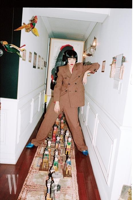 구조적 실루엣의 재킷과 네크라인의 장식을 스카프처럼 연출하기 좋은 레이스 소재의 톱, 낙낙한 실루엣의 팬츠, 새틴 소재 뮬은 모두 발렌시아가 제품. 가격 미정.
