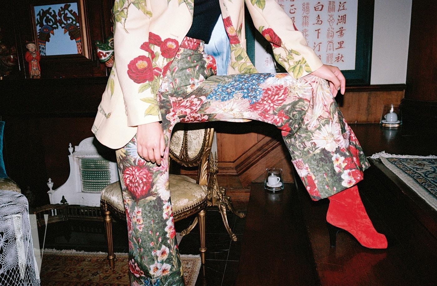 오리엔탈 무드의 자카드 소재 팬츠 슈트는 구찌 제품. 가격 미정. 스웨이드 소재 앵클부츠는 샤넬 제품. 가격 미정. 간결한 니트 스웨터는 에디터 소장품.