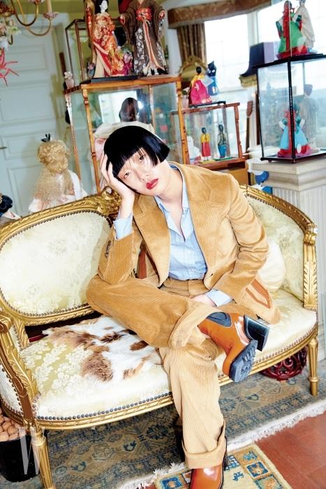 코듀로이 소재의 중성적인 재킷과 팬츠, 클래식한 체크 패턴 셔츠는 모두 프라다 제품. 가격 미정. 페이턴트 가죽 소재 앵클부츠는 루이 비통 제품. 가격 미정.