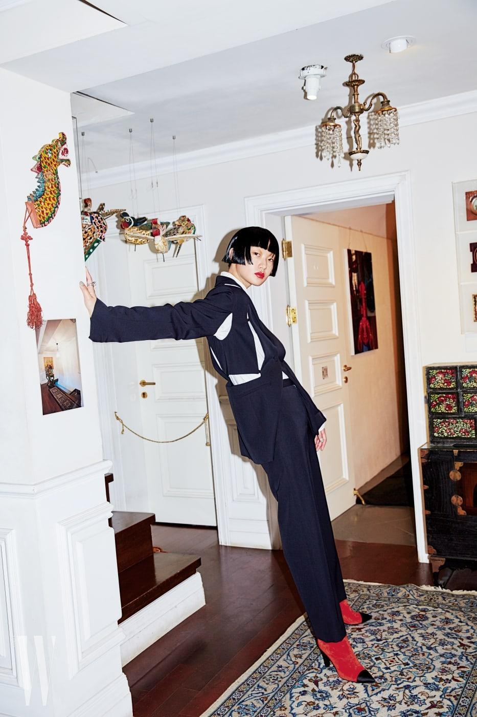 절개가 인상적인 재킷과 배기 실루엣 팬츠는 포츠 1961 제품. 가격 미정. 담백한 셔츠는 렉토 제품. 36만8천원. 소 모티프 반지는 구찌 제품. 가격 미정.