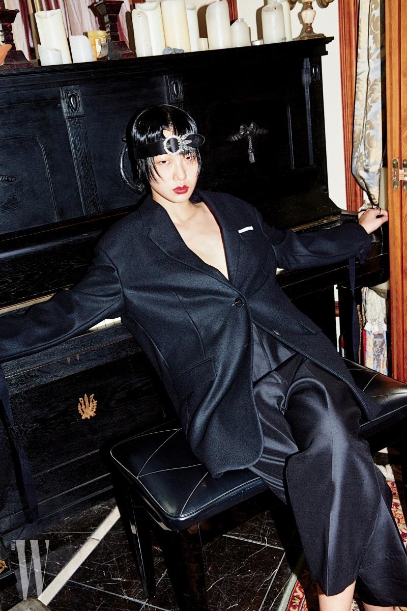 1920년대 가르손 룩 무드의 헤드밴드는 미우미우 제품. 가격 미정. 소매 끝부분의 긴 스트링 장식이 특징인 재킷은 닐 바렛 제품. 가격 미정. 배기팬츠는 셀린 제품. 가격 미정.