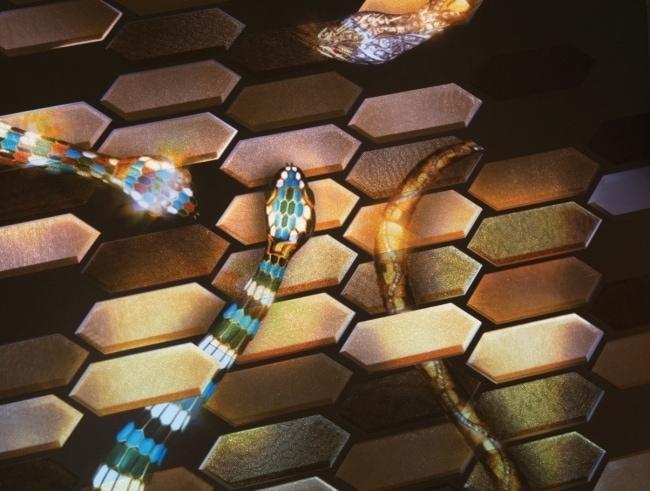 뱀의 비늘을 새로운 기법으로 장식한 전시장 벽면.