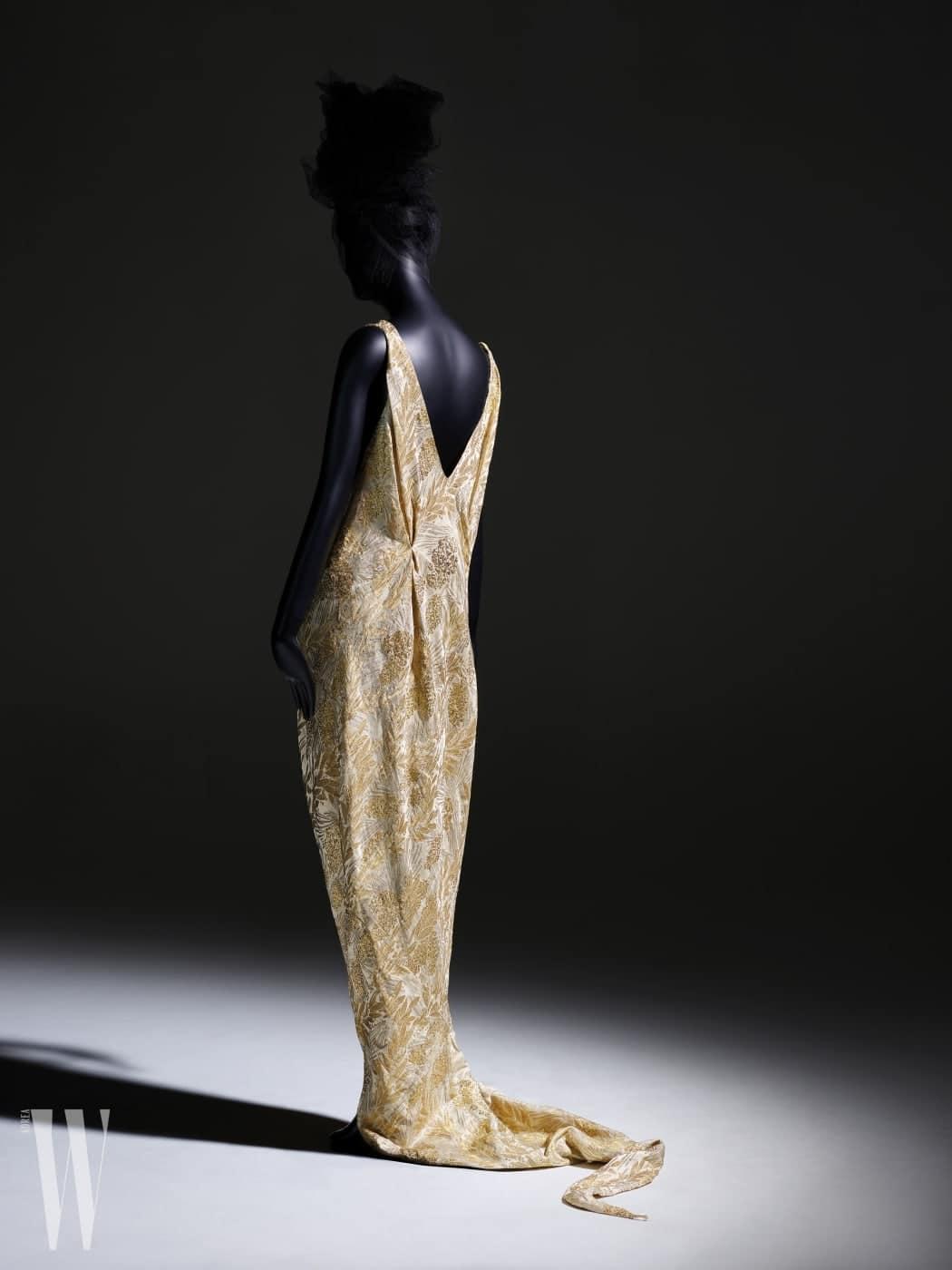 쿠튀르 드레스는 'Micol Fontana, 1930'.