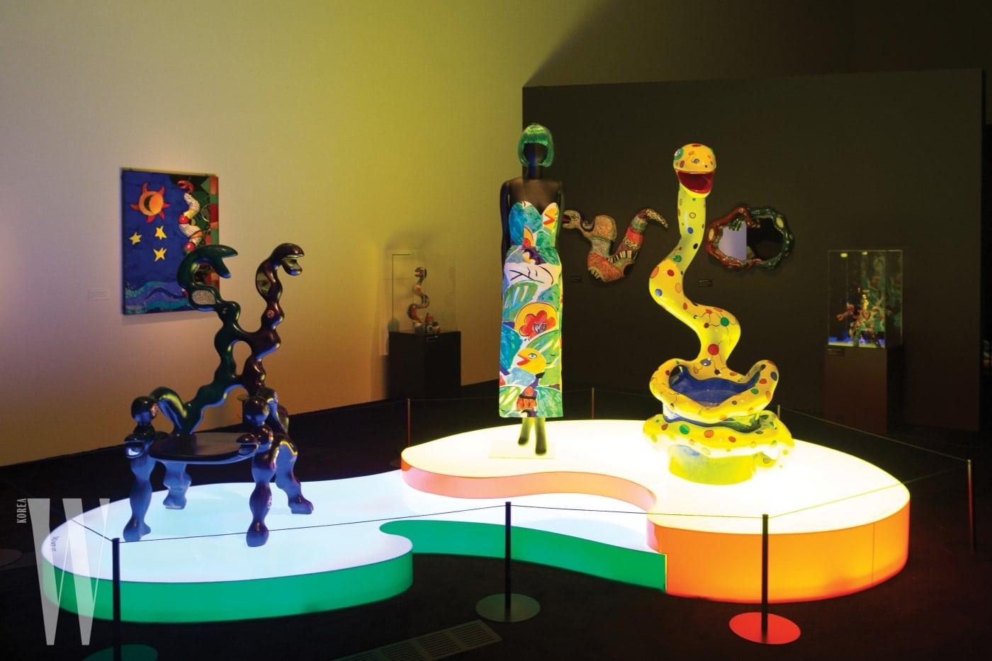 뱀과 관련한 다채로운 소재의 작품들이 전시된 방.