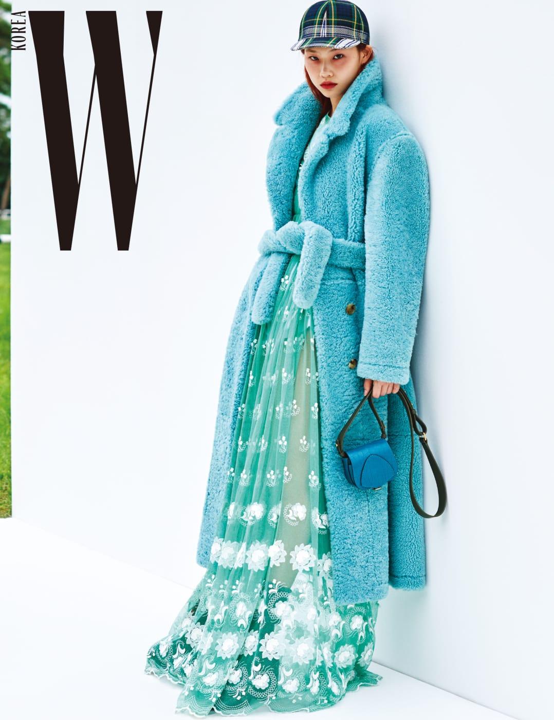 시어링 오버사이즈 코트, 엠브로이더리 튤 개더 드레스, 타탄 야구모자, 앨리게이터 포켓 사첼백은 모두 Burberry 제품.