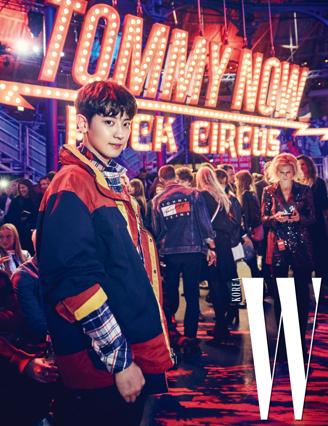 서커스 테마와 어울리는 반짝이는 조명 장식 앞에 선 찬열. 타미 힐피거의 체크무늬 셔츠, 빈티지한 캐주얼 스타일의 컬러 블록 재킷을 입은 찬열은 이번 컬렉션 프런트로의 베스트 패셔니스타!