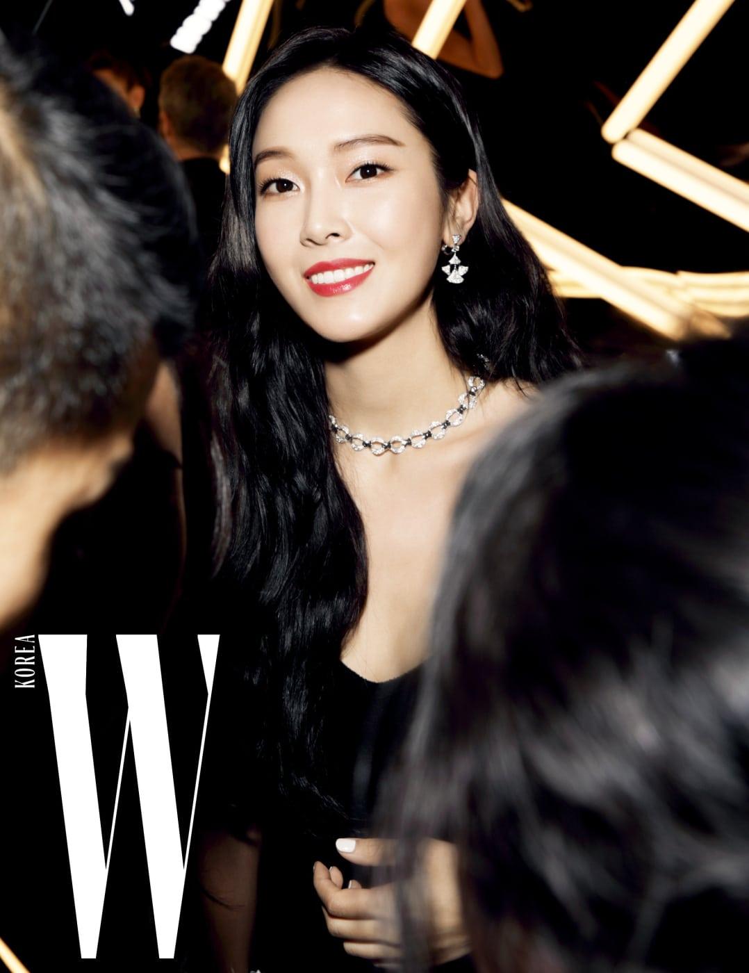 제시카가 착용한 화이트 골드에 다이아몬드가 세팅된 파렌티지 컬렉션 목걸이, 부채에서 영감을 받은 다이아몬드 풀 파베 세팅 디바스 드림 귀고리는 Bulgari 제품.