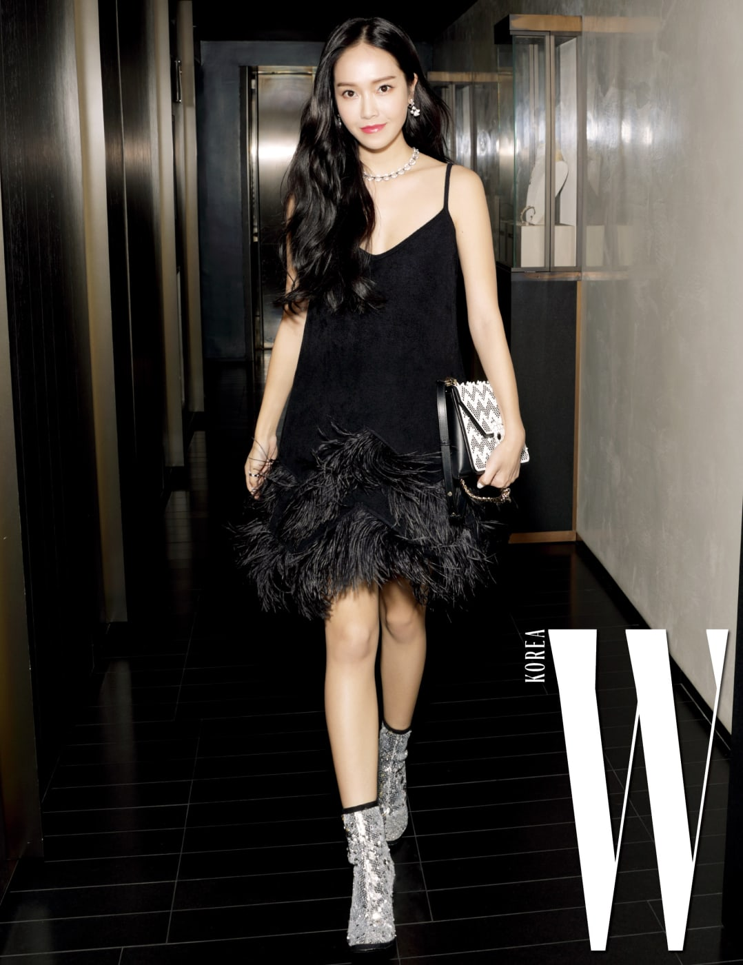 검은색 깃털 장식 드레스에 메탈릭한 부츠를 매치한 제시카가 파티장에 당도했다.