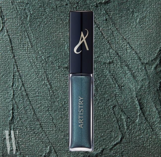 Artistry 럭스 메탈릭 아이섀도우(에메랄드)  립글로스를 닮은 크리미한 질감의 아이섀도. 눈가에 바르는 순간 파우더로 변하면서 선명하게 발색된다. 5ml, 가격 미정.