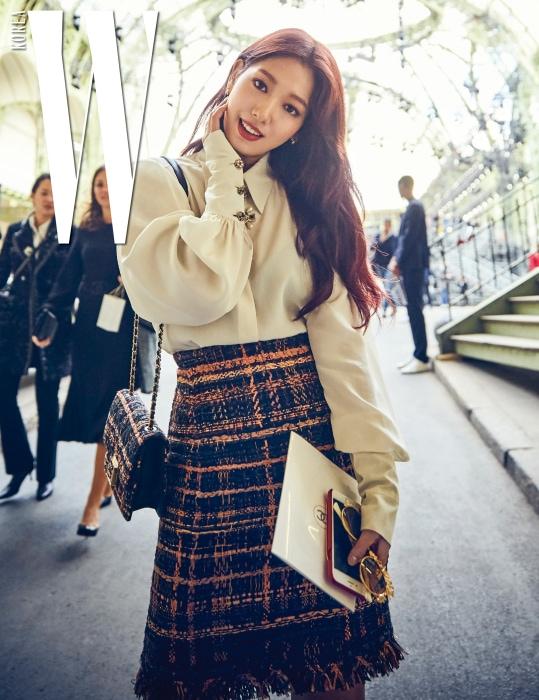 파리 패션위크의 마지막 날, 아침을 여는 샤넬 쇼가 펼쳐진 그랑팔레를 환하게 채운 박신혜의 미소.