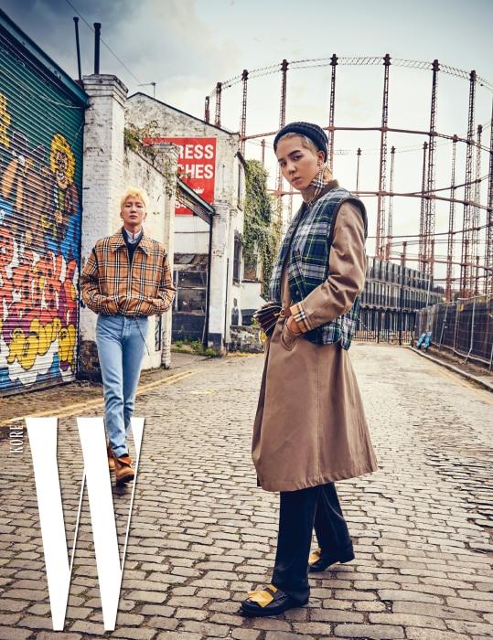 왼쪽부터ㅣ이승훈이 입은 클래식 버버리 체크무늬 재킷, 니트 톱, 셔츠는 모두 Burberry, 팬츠는 Christopher Shannon, 신발은 Timberland 제품, 체인 액세서리는 스타일리스트 소장품. 송민호가 입은 트렌치코트, 체크무늬 베스트, 허리에 둘러 연출한 가방, 팬츠, 신발은 모두 Burberry 제품, 모자는 스타일리스트 소장품.