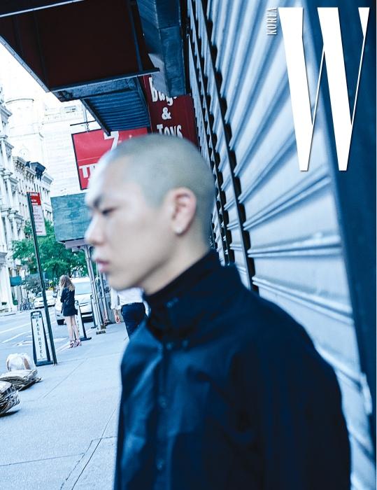 쇼장으로 향하는 오혁. 검정 터틀넥 톱은 Calvin Klein 205W39NYC 제품.