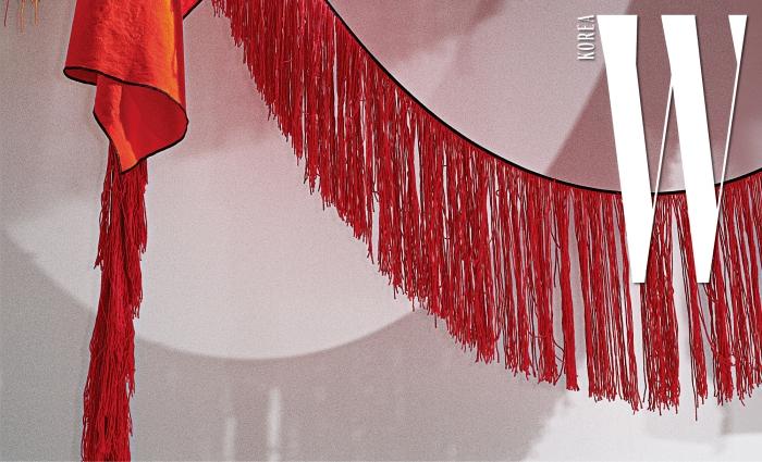 스털링 루비가 쇼장에 설치한 프린지 장식.