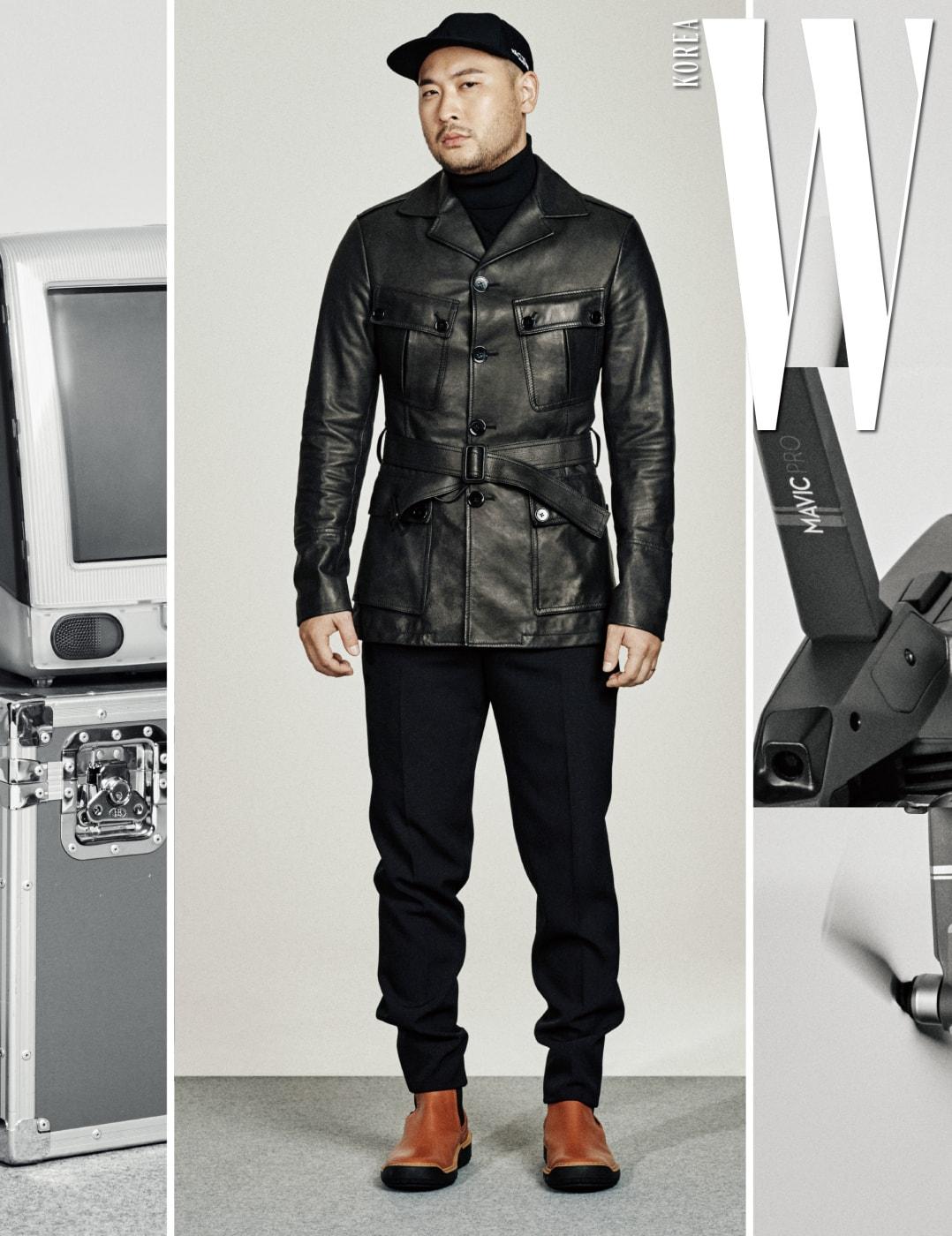 클래식한 벨티드 가죽 재킷과 슈즈는 보테가 베네타, 안에 입은 터틀넥 톱은 닐 바렛, 검은색 팬츠는 발리, 검정 베이스볼 캡은 발렌티노 가바리니 제품.