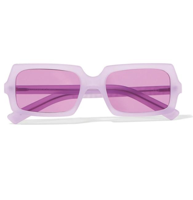 ACNE STUDIOS 연한 분홍색 틴트 선글라스는 아크네 스튜디오 제품. 가격 미정.