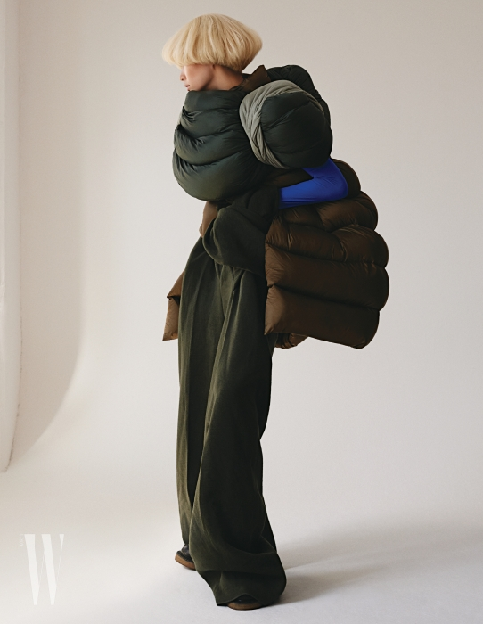 박세라가 입은 패딩 케이프와 베스트, 구조적인 형태의  팬츠, 워커 부츠는 모두 Rick Owens 제품.