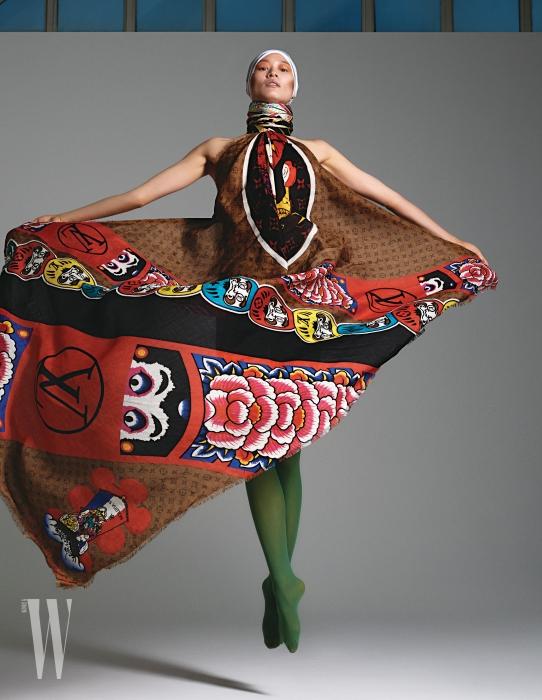 박세라가 몸에 두른 일본풍의 프린트 스카프는 Louis Vuitton, 목에 감은 스카프는 Gucci 제품.