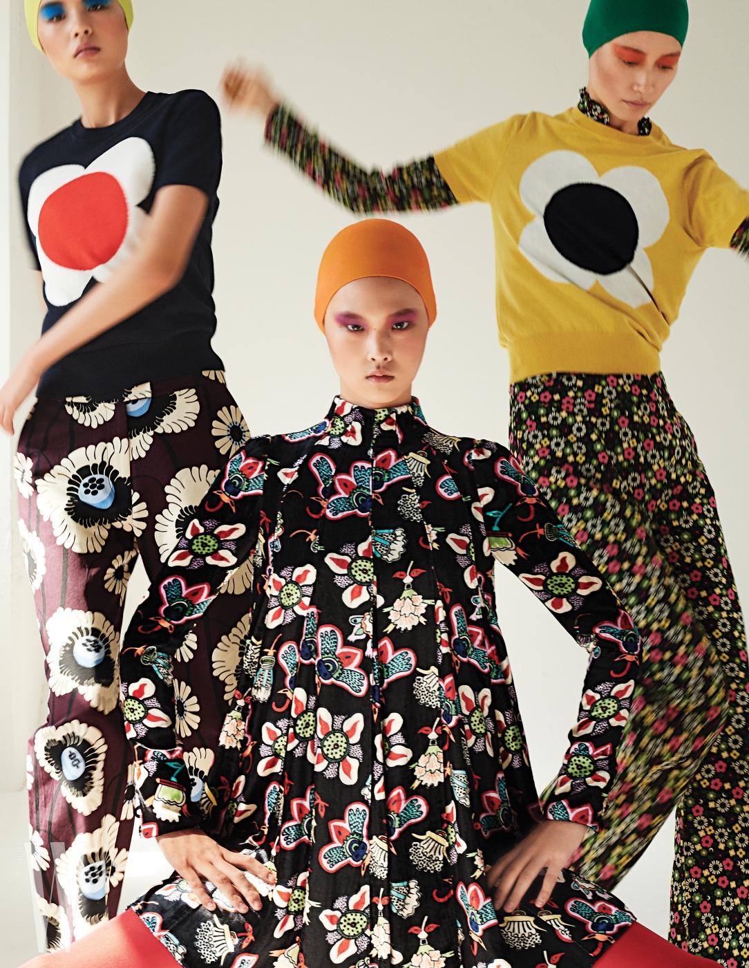 앨리스가 입은 벨벳 소재의 꽃무늬 드레스는 Garabani, 천예슬과 박세라가 입은 꽃무늬 패턴 니트와 블라우스, 꽃무늬 팬츠는 모두 Orla Kiely 제품.
