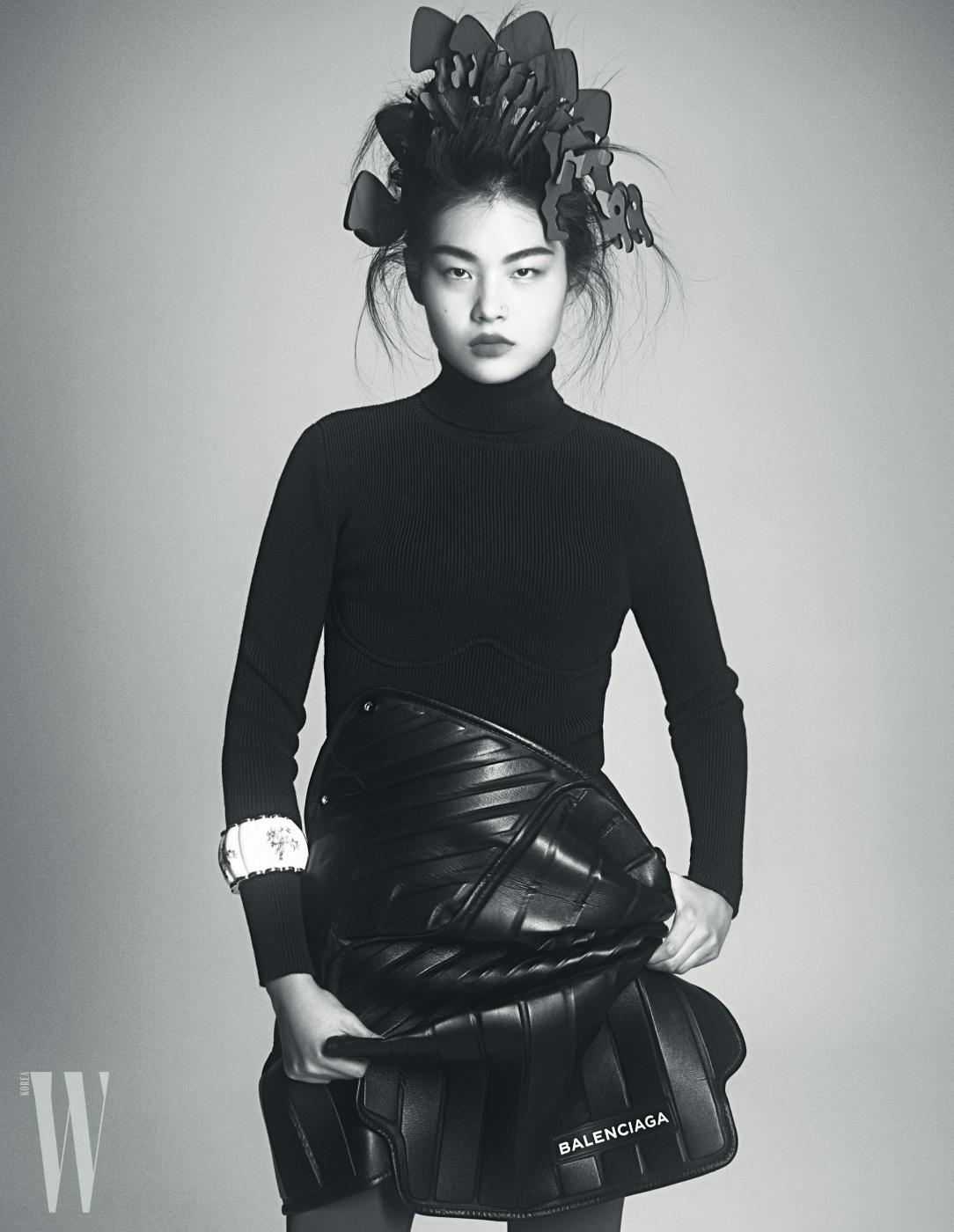 오른쪽 페이지 | 천예슬이 입은 터틀넥 톱과 가죽 스커트, 뱅글은 모두 Balenciaga 제품.