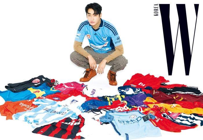 슬림한 갈색 터틀넥과 승마바지 스타일의 체크 팬츠, 갈색 워커는 모두 지 제냐 제품. 하늘색 축구 유니폼은 본인 소장품.