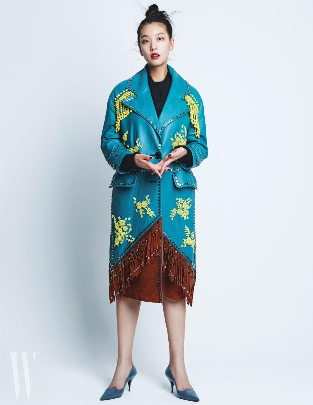 비즈와 스틸이 장식된 가죽 코트와 검은색 니트 톱은 프라다 제품. 페이턴트 가죽 스틸레토 힐은 셀린 제품.