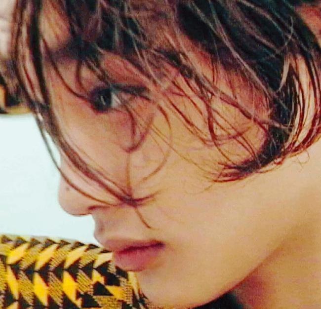 니트 소재의 노란색 패턴 셔츠는 프라다 제품.
