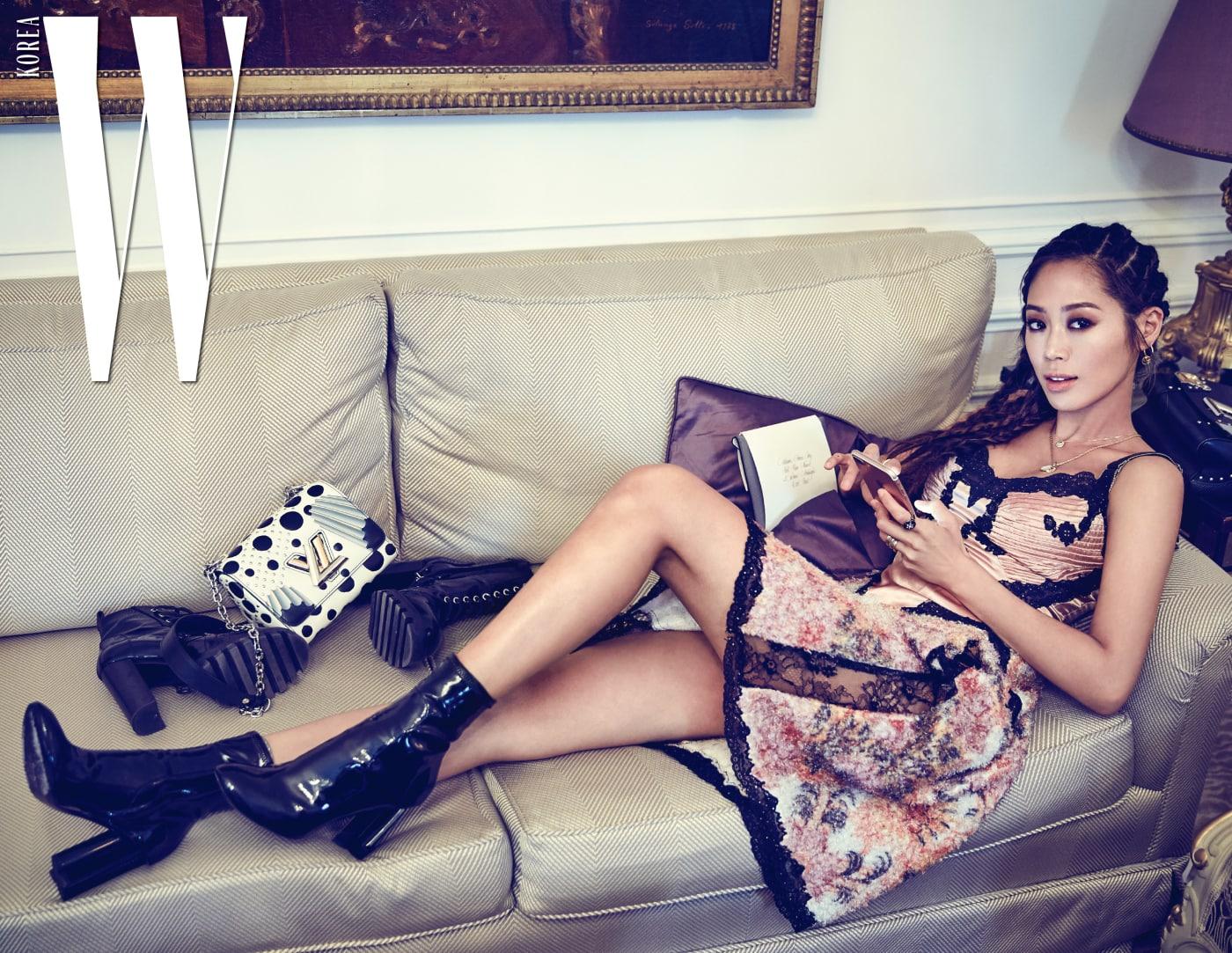 손에서 휴대폰을 떼지 않는 그녀. 의상은 모두 Louis Vuitton 제품.