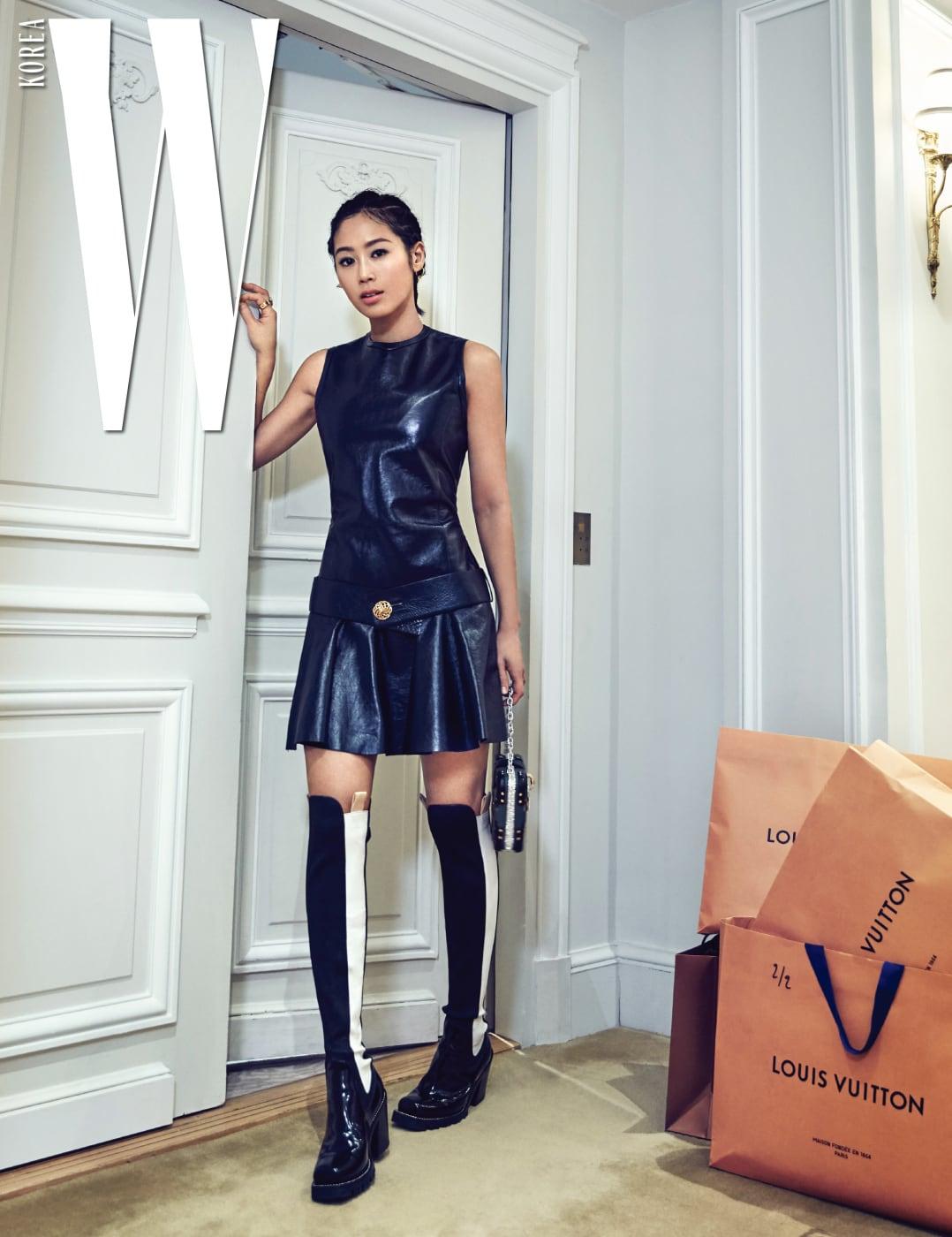 루이 비통 방돔 매장 오프닝 파티 참석을 위해 방에서 나가기 전. 드레스, 가방, 부츠는 모두 Louis Vuitton 제품.