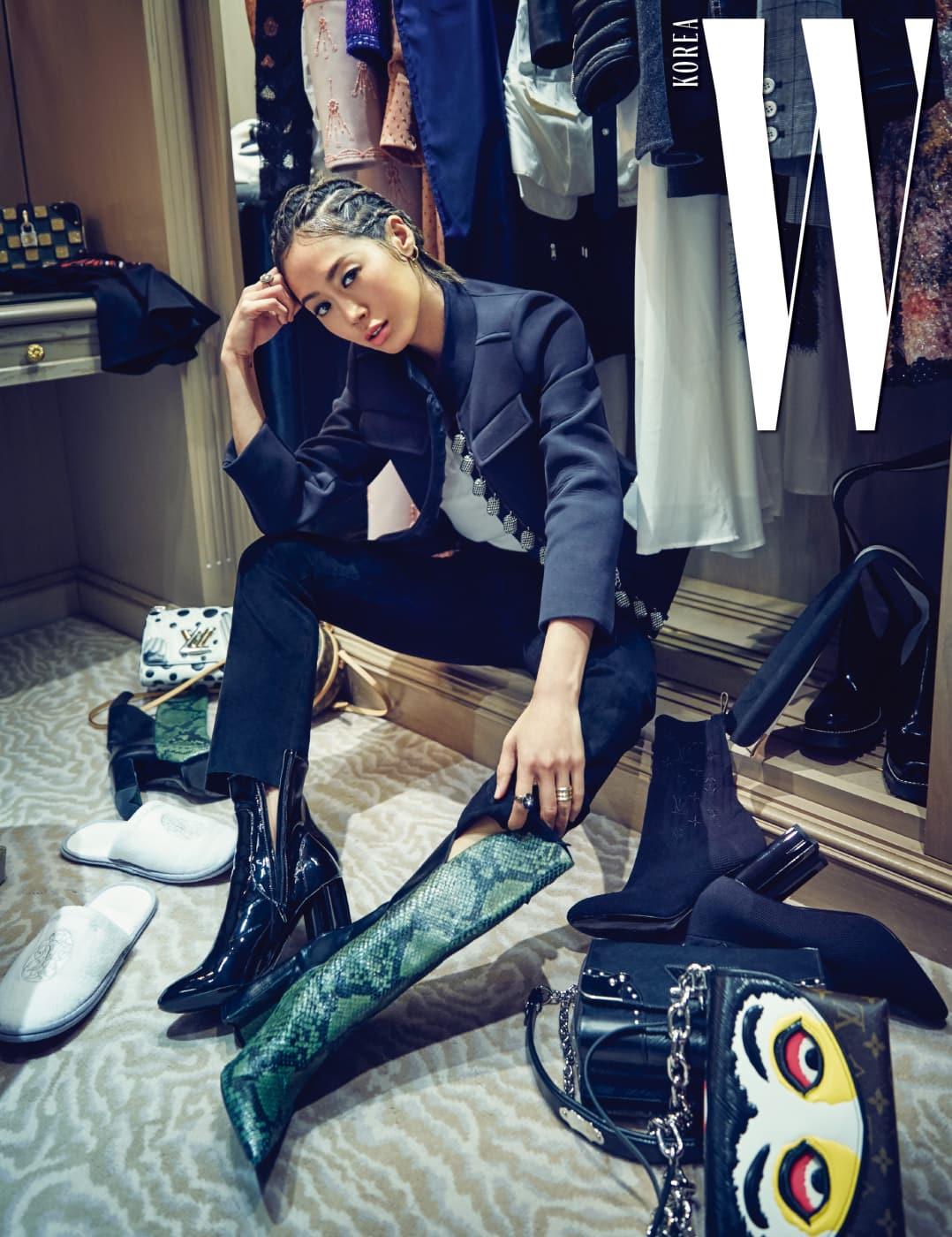 패션위크 기간 각종 스케줄을 소화하는 데 필요한 그녀의 옷들. 의상은 모두 Louis Vuitton 제품.