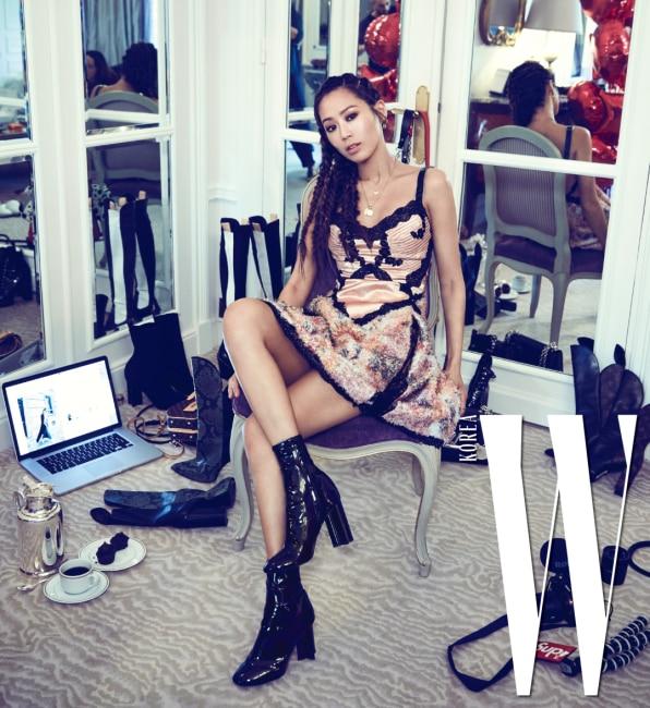 2018 S/S 패션위크로 떠나기 직전. 드레스와 부츠, 주얼리는 모두 Louis Vuitton 제품.