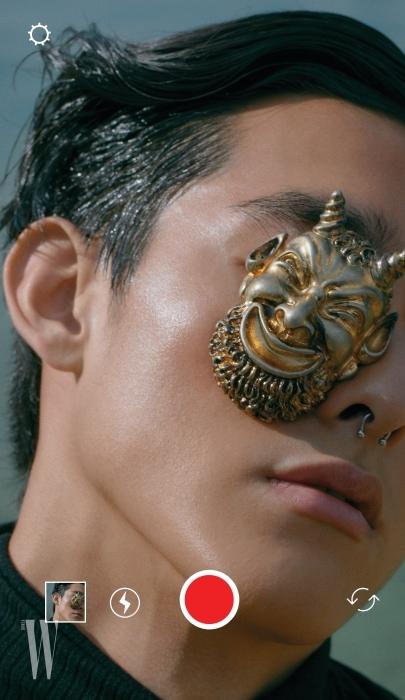 고대 유물에서 영감 받은 마스크 브로치는 구찌 제품. 가격 미정.