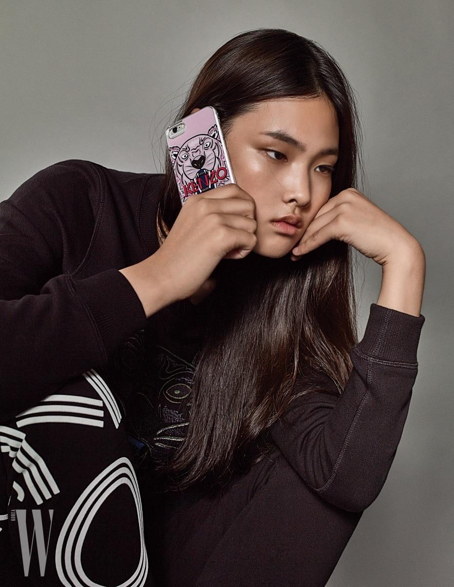 앨리스가 입은 스웨트셔츠는 39만원. 로고 트레이닝 팬츠는 45만원, 호랑이 프린트와 로고가 프린트된 핑크색 핸드폰 케이스는 9만5천원. 모두 겐조 제품.