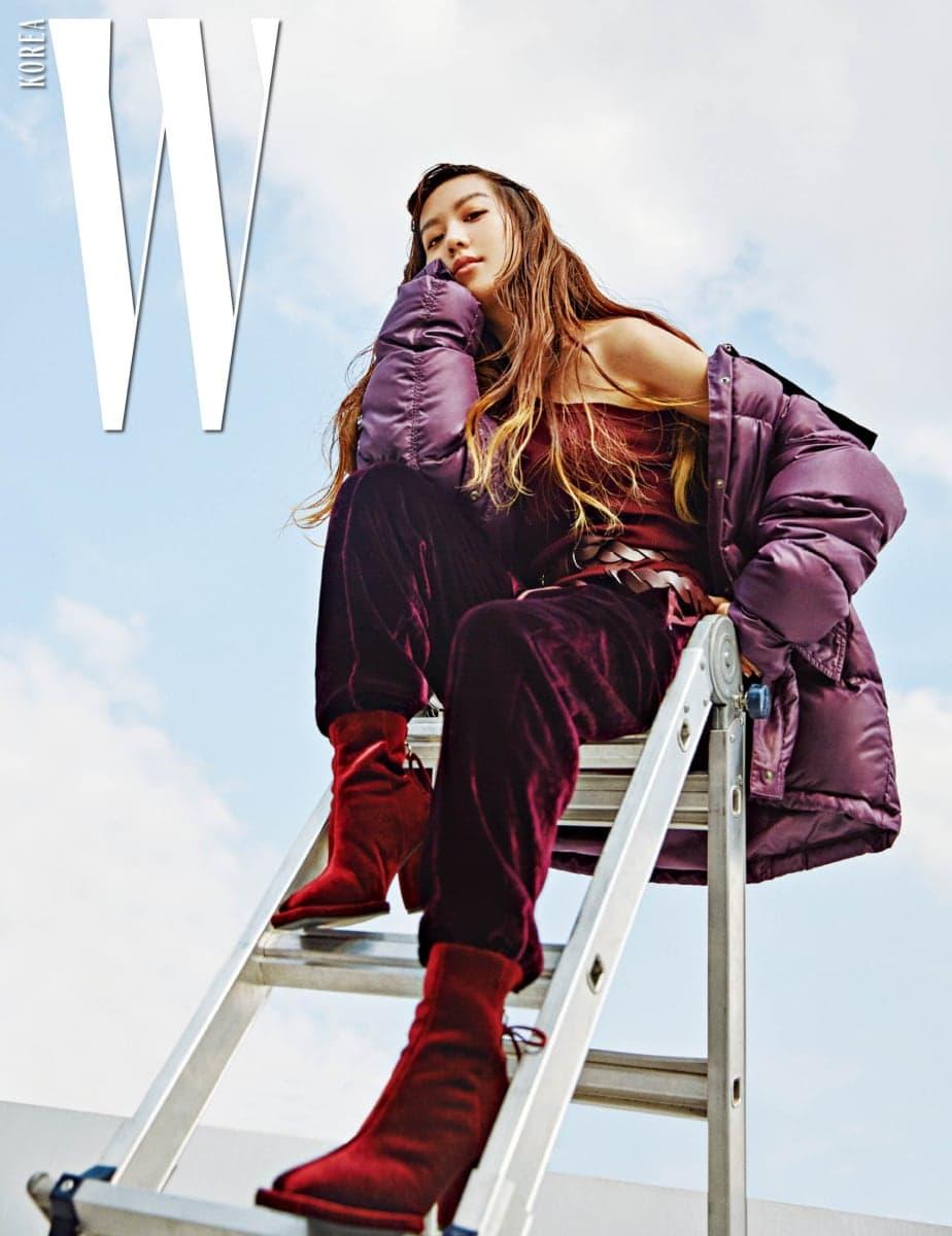 김희정이 입은 오블리크 넥 스웨터, 벨벳 팬츠, 퍼퍼 재킷과 위빙 벨트는 모두 니나리치, 벨벳 앵클부츠는 레이크넨 제품.