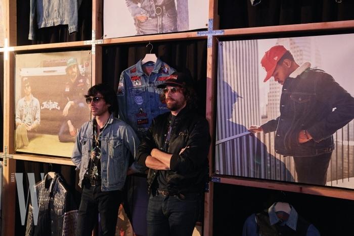 프랑스의 세계적인 일렉트릭 듀오 저스티스의 자비에 드 로즈네와 가스파르 오제가 자신들이 커스텀한 트러커를 사이에 두고 포즈를 취하고 있다.