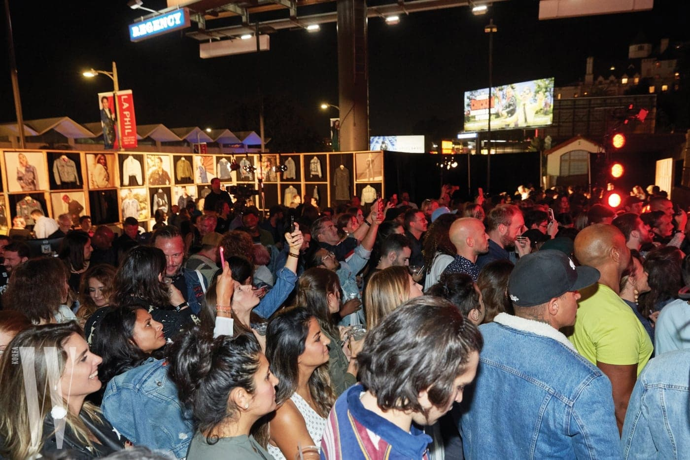 LA의 도로에서 열린 리바이스의 트러커 50주년 행사는 수많은 셀레브리티와 인파 속에 성공적으로 마무리됐다.