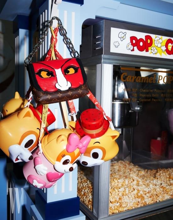 장난감 가방과 함께 걸린 가부키 체인 백은 루이 비통 제품. 3백13만원.