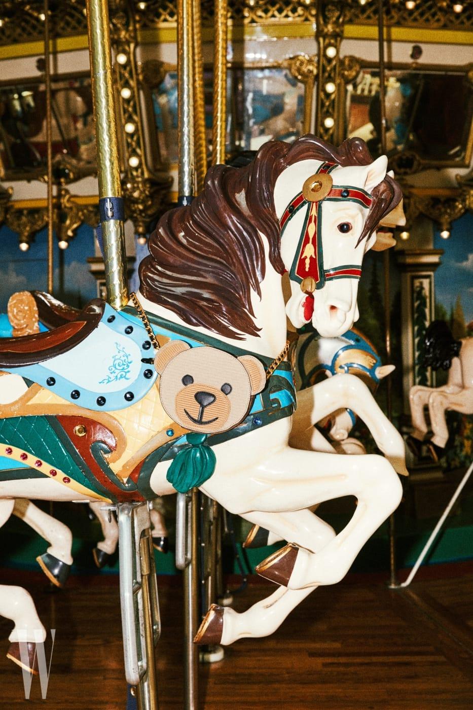 회전목마에 걸린 곰돌이 모양 체인 백은 모스키노 제품. 93만원