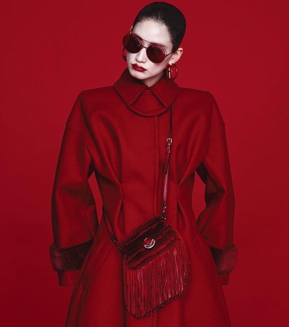 소매의 퍼 장식이 돋보이는 테일러드 코트는 4백41만원, 로고 패턴의 선글라스는 60만5천원, 프린지 장식의 마이크로 바게트백은 3백61만원, 후프 이어링은 가격 미정. 모두 펜디 제품.