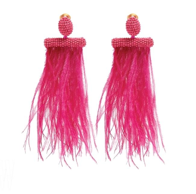 OSCAR DE LA RENTA by MATCHESFASHION 화사한 핑크색 깃털 귀고리는 오스카 드 라 렌타 by 매치스패션 제품. 54만원대.
